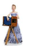 Mała dziewczynka pozuje blisko starej kamery Obrazy Royalty Free