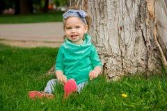 Mała dziewczynka pozuje na trawie Zdjęcie Royalty Free