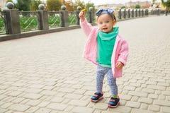 Mała dziewczynka pozuje z kwiatem Fotografia Royalty Free
