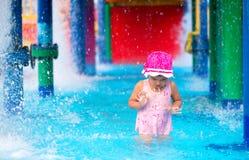Mała dziewczynka przestraszona woda w aqua parku Zdjęcia Stock