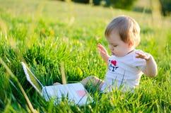 Mała dziewczynka przy laptopem Obraz Royalty Free