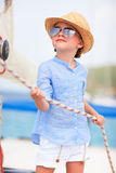 Mała dziewczynka przy luksusowym jachtem Obraz Royalty Free