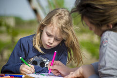 Mała dziewczynka remisy w naturze Zdjęcie Royalty Free