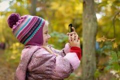 Mała dziewczynka robi fotografii lub wideo z smartphone Zdjęcia Royalty Free