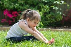 Mała dziewczynka robi joga Obrazy Stock