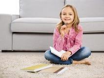 Mała dziewczynka robi pracie domowej Obrazy Royalty Free