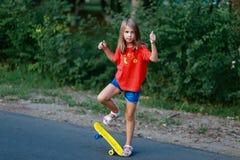 Mała dziewczynka robi sportom na ulicie Obraz Royalty Free
