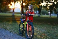 Mała dziewczynka robi sportom na ulicie Fotografia Royalty Free