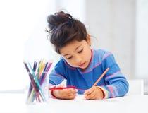 Mała dziewczynka rysunek Fotografia Stock