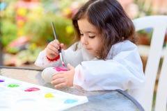 Ma?a Dziewczynka rysunek Na kamieniu Outdoors W lato s?onecznym dniu obrazy royalty free