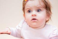 Mała dziewczynka stojaki blisko kanapy w domu Obraz Stock