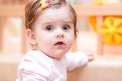 Mała dziewczynka stojaki blisko kanapy w domu Zdjęcie Royalty Free