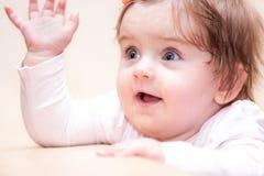 Mała dziewczynka stojaki blisko kanapy w domu Obraz Royalty Free