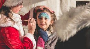 Mała dziewczynka stosuje makeup w stojaku Zdjęcie Stock