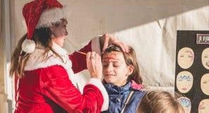 Mała dziewczynka stosuje makeup w stojaku Zdjęcia Stock