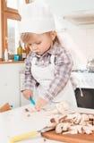Mała dziewczynka szef kuchni w kuchni obraz stock