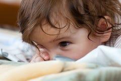 Mała dziewczynka szpieguje na to który wychowywa Obraz Stock