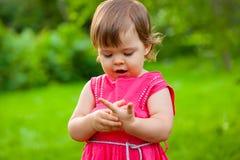 Mała dziewczynka target999_1_ jej palce Zdjęcie Royalty Free
