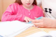 Mała dziewczynka uczy writing i czytanie Zdjęcia Royalty Free