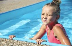Mała dziewczynka w basenu portrecie emocja Obraz Royalty Free