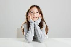 Mała dziewczynka w biurku Obrazy Royalty Free