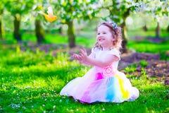 Mała dziewczynka w czarodziejskim kostiumowym karmieniu ptak Zdjęcia Royalty Free