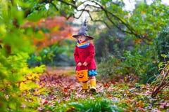 Mała dziewczynka w czarownica kostiumu przy Halloween Zdjęcie Royalty Free