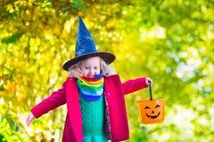 Mała dziewczynka w czarownica kostiumu przy Halloween Zdjęcia Royalty Free