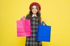 ma?a dziewczynka w francuskim stylowym kapeluszu ma?y pi?kno shopaholic obecne wakacje na zakupy dziecko shopaholic z torbą na za zdjęcie stock