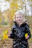 Mała dziewczynka w jesiennej naturze Obrazy Royalty Free