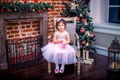 Mała dziewczynka w kostiumu blisko choinki Zdjęcia Stock