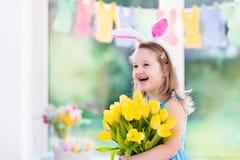 Mała dziewczynka w królików ucho na Wielkanocnego jajka polowaniu Fotografia Royalty Free