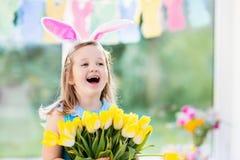 Mała dziewczynka w królików ucho na Wielkanocnego jajka polowaniu Obraz Stock