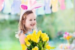 Mała dziewczynka w królików ucho na Wielkanocnego jajka polowaniu Zdjęcie Stock