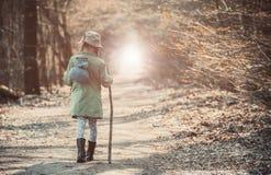 Mała dziewczynka w lasowej fotografii Obrazy Royalty Free