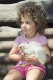 Mała dziewczynka w lecie w ogrodowym mieniu kurczak Fotografia Royalty Free
