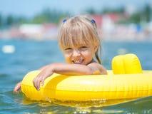 Mała dziewczynka w morzu obraz stock