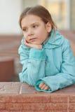 Mała dziewczynka w niebieskiej marynarce zdjęcia royalty free
