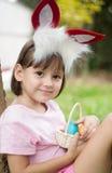 Mała dziewczynka w puszystych królików ucho Fotografia Stock
