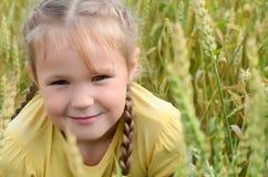 Mała dziewczynka w wheaten polu Zdjęcie Royalty Free