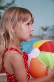 Mała dziewczynka w wodnym basenie obraz stock