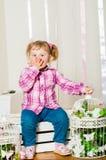 Mała dziewczynka w a z dekoracyjnymi birdcages obrazy royalty free