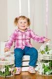 Mała dziewczynka w a z dekoracyjnymi birdcages zdjęcie stock