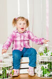 Mała dziewczynka w a z dekoracyjnymi birdcages zdjęcia royalty free