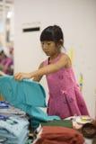 Mała dziewczynka wybiera strój spódnica i bluzka Zdjęcie Stock