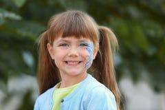 Mała dziewczynka z aqua makeup na tle Obrazy Royalty Free
