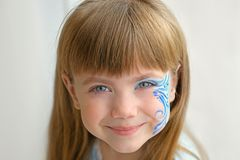 Mała dziewczynka z aqua makeup na tle Obrazy Stock