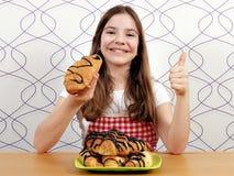 Mała dziewczynka z croissants up i kciukiem Zdjęcie Royalty Free