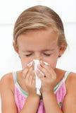 Mała dziewczynka z dmuchanie grypowym nosem Zdjęcia Stock