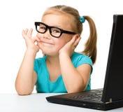 Mała dziewczynka z laptopem Zdjęcie Royalty Free